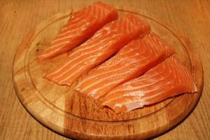 Нарежьте красную рыбу