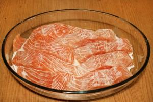 Поместите красную рыбу в форму
