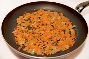 Обжарьте лук с морковью