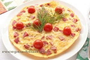 Яичница с колбасой, украшенная помидорами
