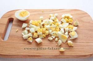 Нарежьте вареные яйца кубиками