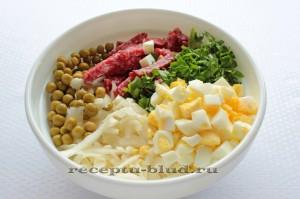 Соедините все продукты, входящие в состав салата