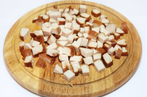 Мясо нарежьте кубиками