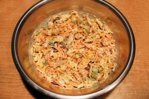 Заправьте салат майонезом