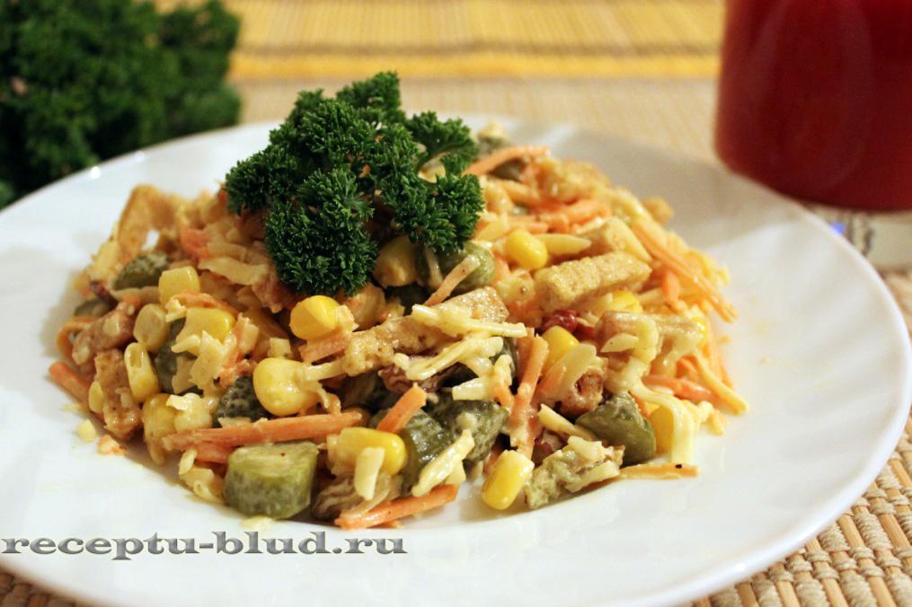 Салат с курицей, морковкой и сухариками