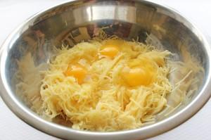 Добавьте яйца к картофелю