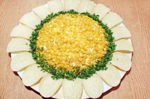 Украсьте салат Подсолнух с курицей