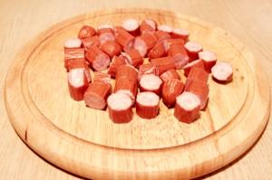 Нарежьте сосиски
