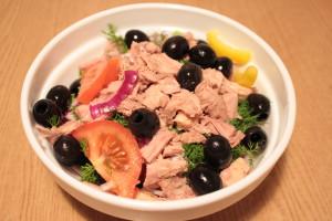 Салат с тунцом и свежими овощами