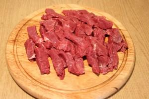 Мясо нарежьте полосками