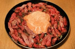 Залейте мясо соусом