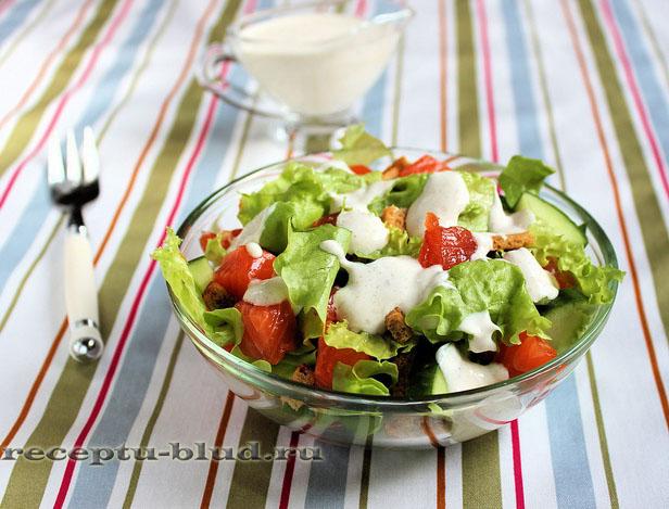 Салат с лососем и сухариками