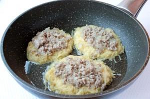 Поместите фарш на картофель