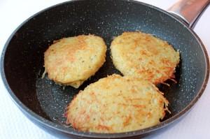 Картофельные драники с мясом на сковороде