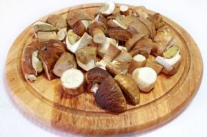 Нарежьте грибы кубиками