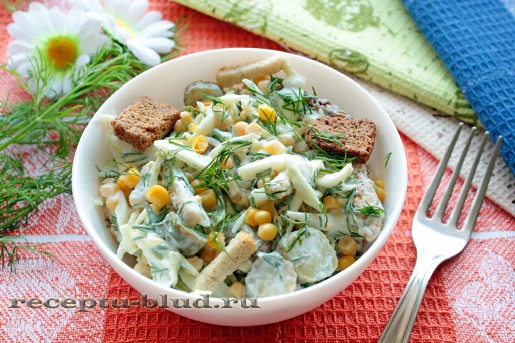 Салат с сухариками и капустой