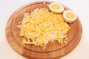 Отваренные и натертые яйца