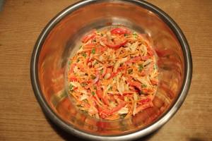 Заправьте салат майонезом или сметаной