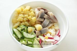 Картофельный салат с малосольными огурцами и сельдью, пошаговый рецепт с фото