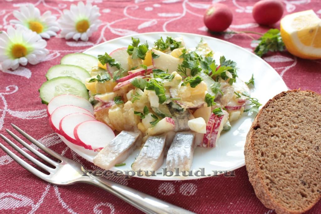 Быстрый салат с сельдью, картофелем и огурцом
