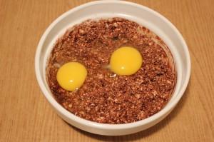 Добавьте к творогу яйца