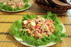 Салат с крабовыми палочками, кукурузкой и сухариками