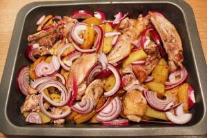 Поместите продукты в форму для выпекания