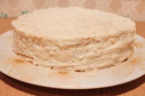 Смажьте кремом стенки торта