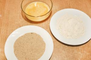 Подготовьте сухари, муку и яйца