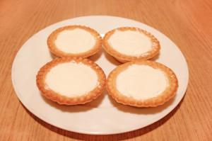 Наполните тарталетки сыром