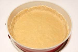 Раскатайте тесто по форме