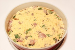 Залейте пирог сливочно-сырной массой