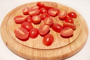 Разрежьте помидоры