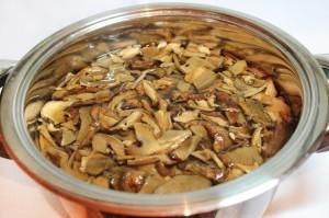Поставьте вариться грибы
