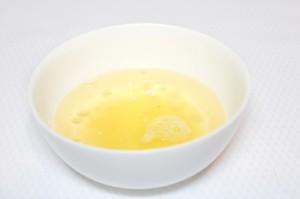 Смешайте лимон с маслом