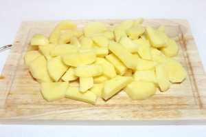 Нарежьте картофель брусочками