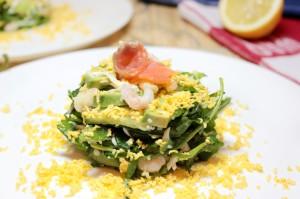 Украсьте салат яичным желтком