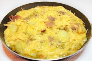 Залейте картофель яйцами