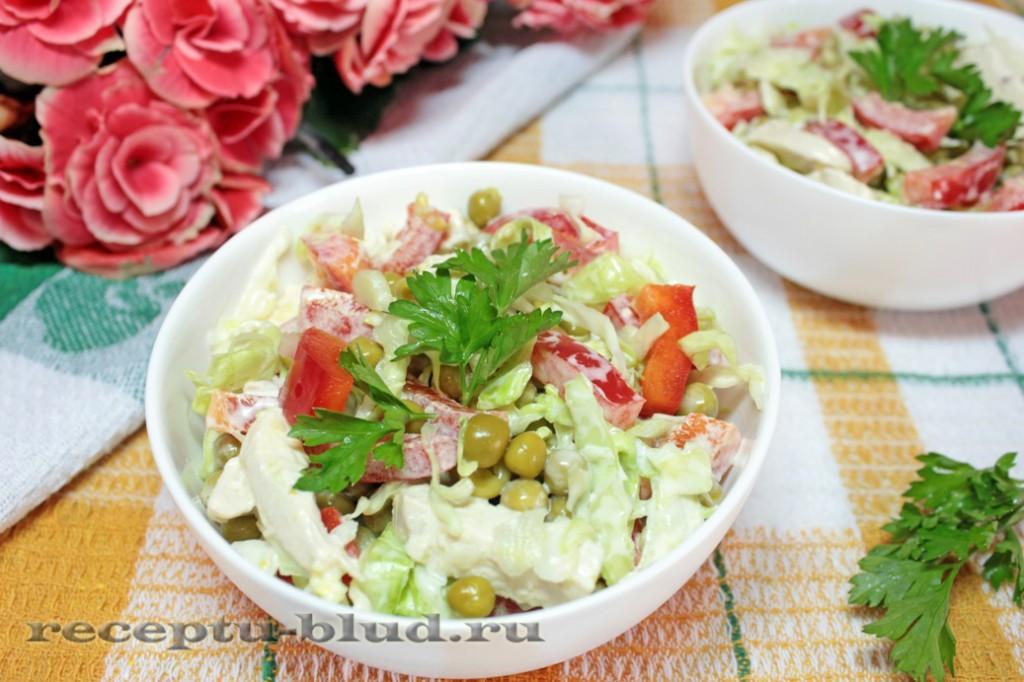 Салат с капустой, горошком и курицей