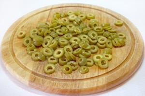 Нарежьте оливки колечками