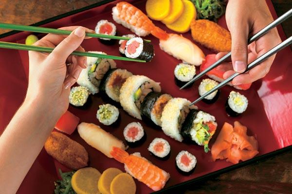 Как есть суши палочками