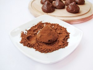 Обваляйте конфеты в какао