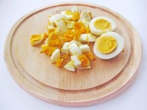 Нарежьте яйца кубиками