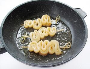Поджарьте шашлычки из кальмаров