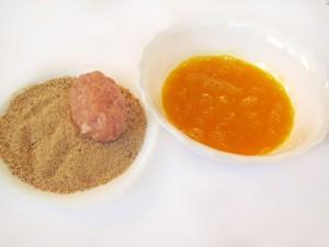 Обваляйте зразы в сухарях и яйцах