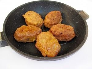 Обжарьте зразы с яичной начинкой