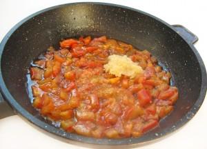 Добавьте специи к помидору