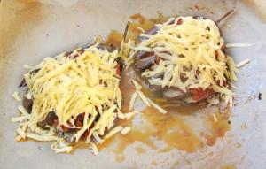 Посыпьте баклажаны сыром