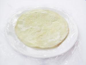 Выложите омлет на тарелку