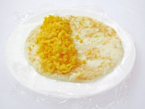 Выложите желток на белок